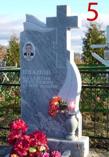 Памятник из мрамора с вырезанным крестом