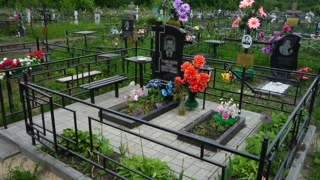 Уборка места захоронения и покраска ограды