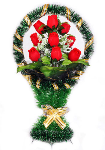 большие бордовые розы в корзине