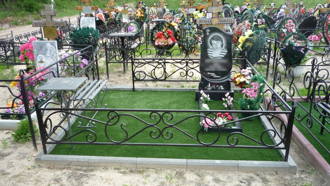Стандартная могила с искусственной травой