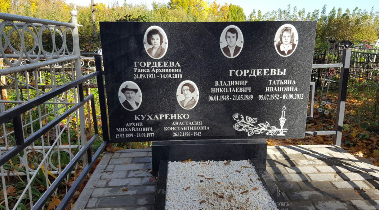 Медальоны на гранитном памятнике